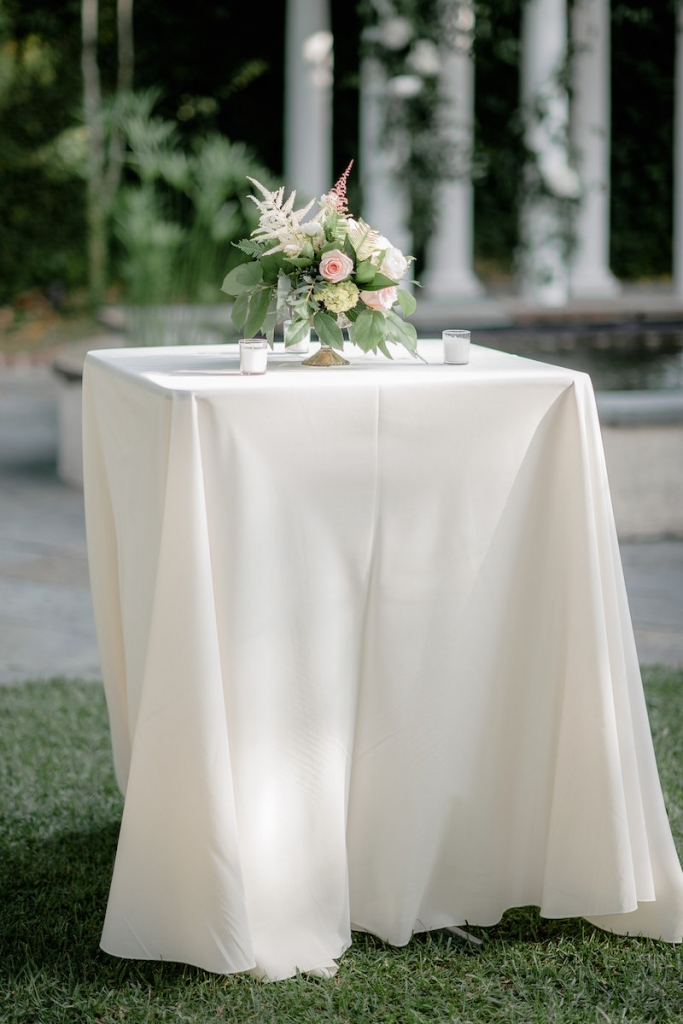 Florals by Out of the Garden. Linens from Connie Duglin Speciality Linen. Photograph by Brandon Lata.