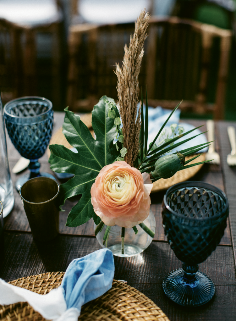 Grasses, pods, and leaves teamed with fluffy blooms for a foraged look.