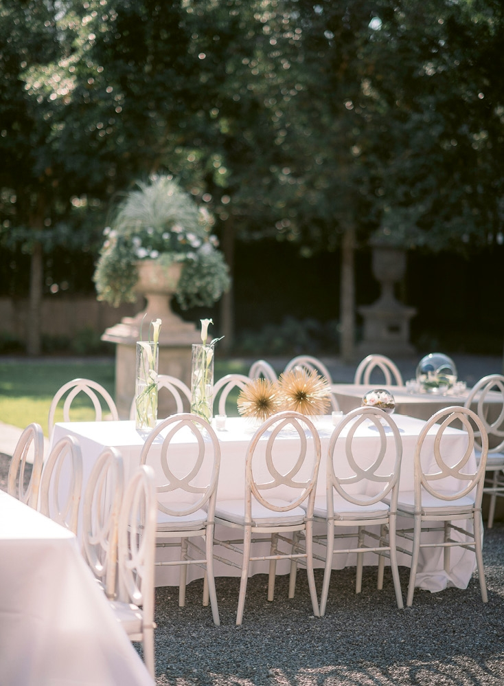 In addition to florals, gold starbursts and other objets added an artistic touch to tablescapes.  <i>Image Timwill Photography</i>