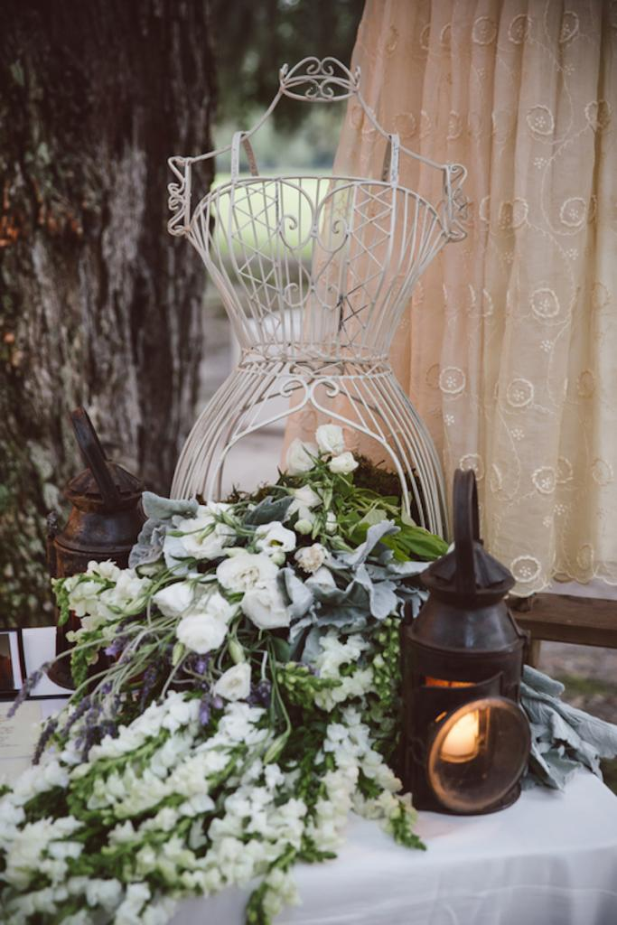 Vintage rentals from 428 Main Vintage Rentals. Florals and wedding design by Fox Events. Image by amelia + dan photography.