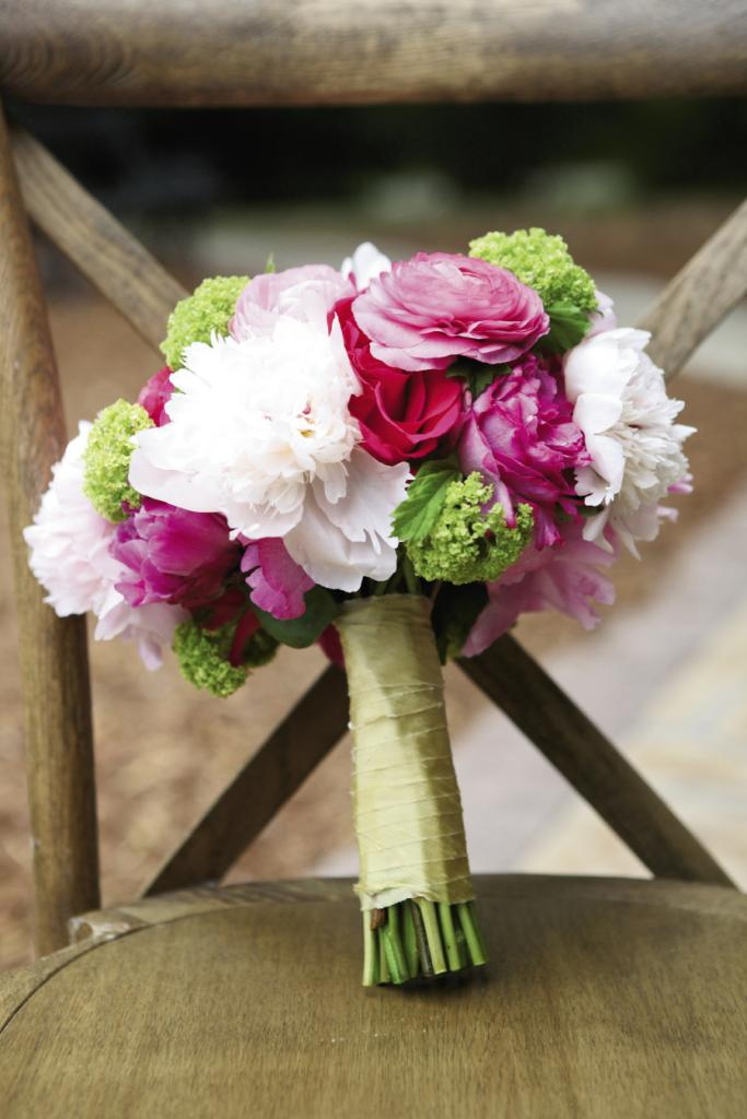 PINK & GREEN: Florist Sara York Grimshaw of SYG Designs pulled in bright green accents to add drama to Michelle's bridal bouquet.