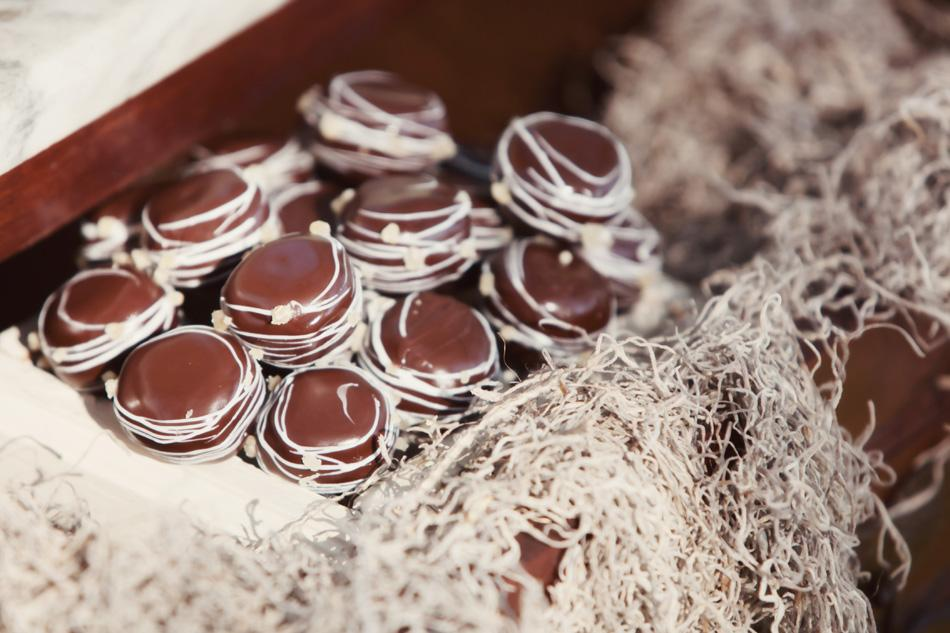SAILORS' SWEET TOOTH: Twenty Six Divine prepared specialty rum 'n coke cake pops for the skippers—displayed in wood boxes decorated in moss for an earthy effect.