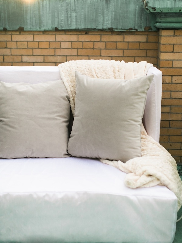Luxe cream blankets placed outside brought an inviting, cozy feel to the brisk evening.