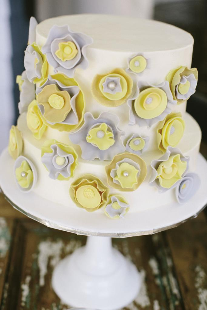 FACTOR FIVE: The couple commissioned five  confections from Deb Reed of DeClare Cakes—this one featured yellow and gray fondant flowers.