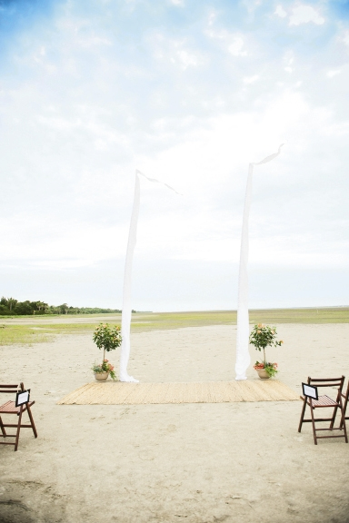 A LIGHT TOUCH: Twin white sails defined the altar while letting the scenery star.