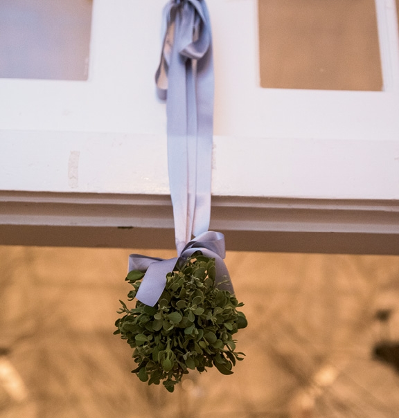 Fresh mistletoe dotted the reception site.