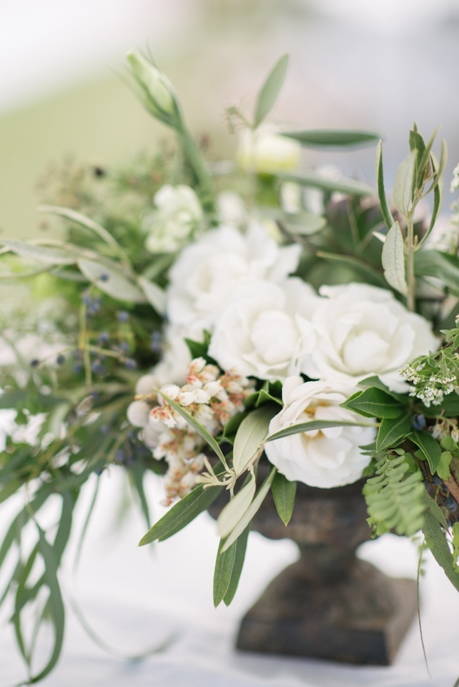 Florals by Sara York Grimshaw Designs. Photograph by Sean Money + Elizabeth Fay.